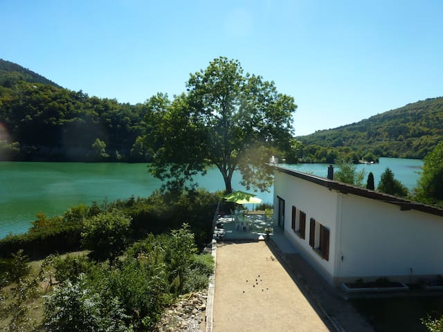 Villa pied dans l'eau avec terrain de pétanque - Hautecourt-Romanèche - Villa