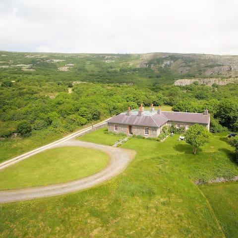 Secluded Burren Lodge Sleeps 10(+) - Carran - Huis