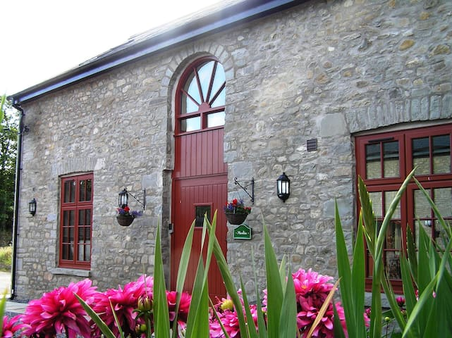 Merlin Stable Cottage with hot tub - Cynghordy - Casa