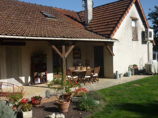 Nice, quiet flowered garden - Dammarie-sur-Loing