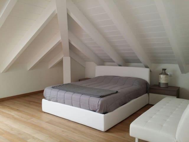 Large white room in Modern Attic near Milano - Abbiategrasso - Leilighet