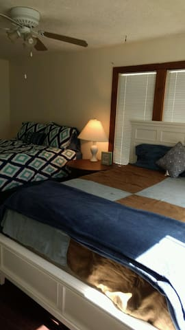 Spacious bedroom with two beds and a private bath - Panama City - Huis