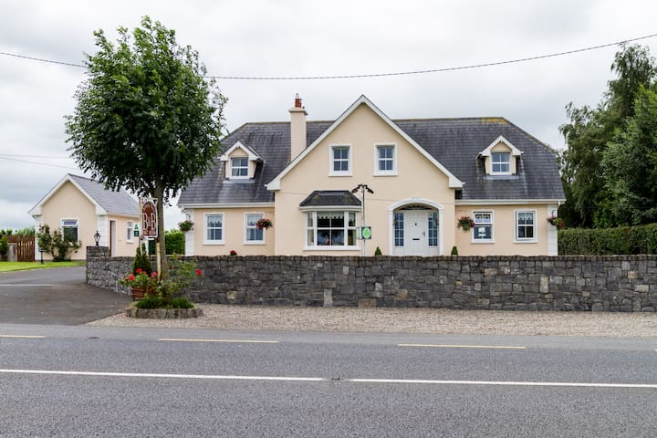 Abbeyview B&B..modern and a warm welcome. - Nenagh - Bed & Breakfast