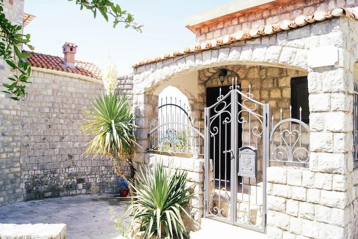 UNIQUE BEACH HOUSE IN RAFAILOVICI - Rafailovići - Huis