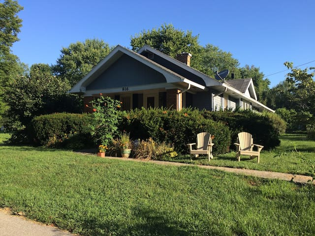 Relaxing Bungalow 9 min from IU, 4 min to Hwy 37 - Bloomington