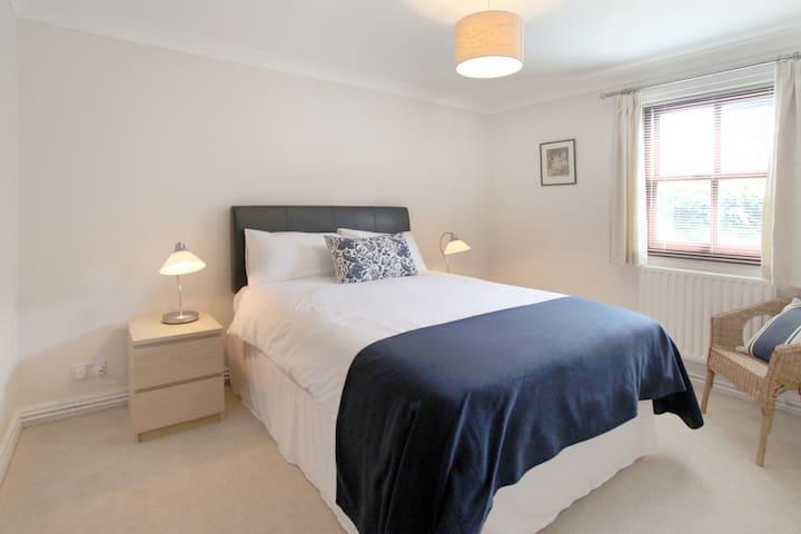 Modern 2 Bedroomed Serviced Flat - Wilmslow - Lägenhet