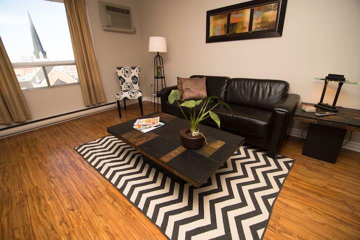 Fully furnished condo. Downtown. - Kitchener - Apartemen