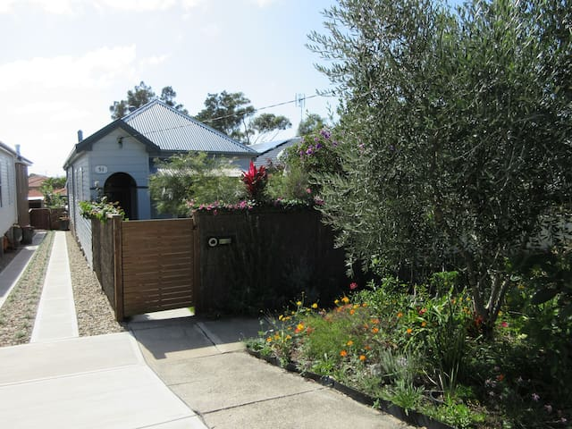 Beach cottage 10 mins Merewether beach 2 bedrooms. - Merewether - Rumah