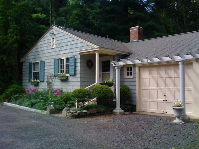 Guest Cottage on Country Estate - Watertown