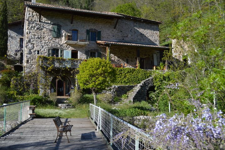 Charming old traditional Ardèche house - Montpezat-sous-Bauzon - 家庭式旅館