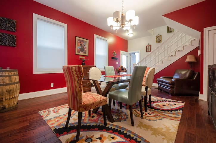 Remodeled Historic East Row Home - Newport - Hus