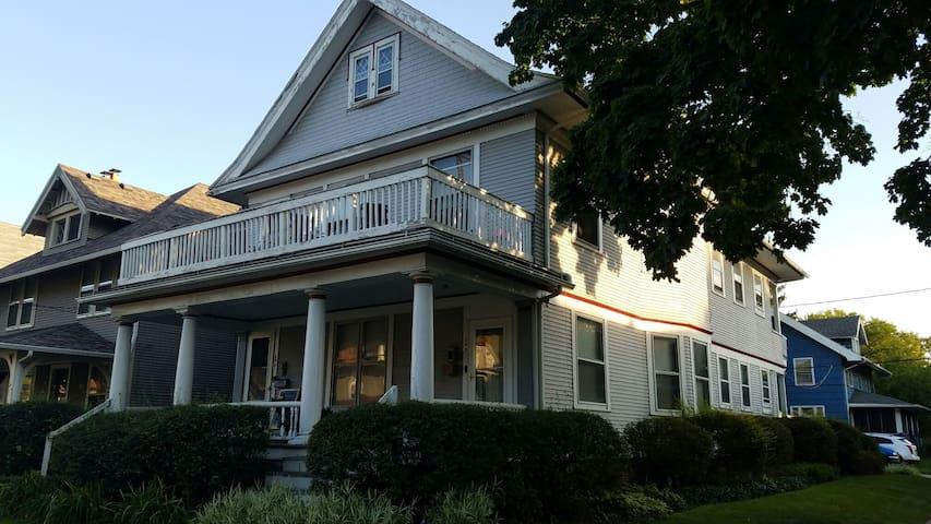Charming historic OWE duplex - Toledo - Leilighet