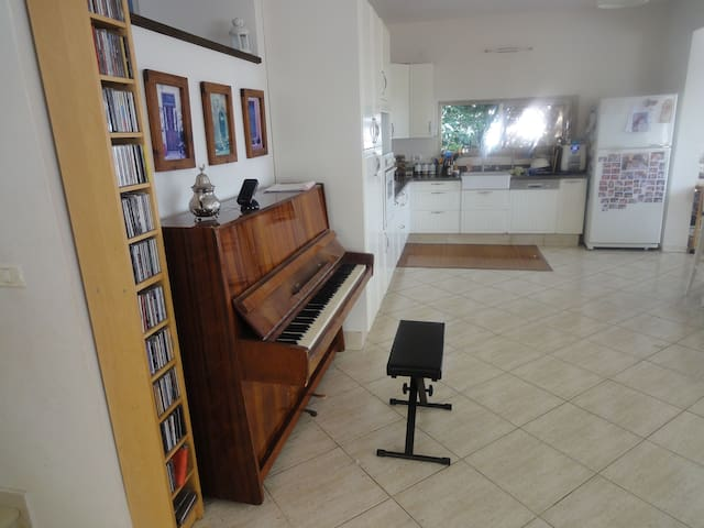 Spacious house 15mins from beach. Perfect for kids - Tzur Moshe