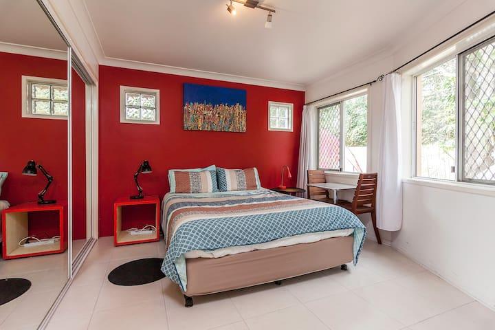 Light Airy Studio Ensuite Bedroom - West End - Apartamento