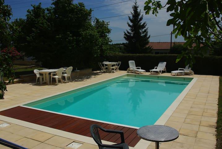 LA MAISON VERTE avec piscine privée de 2 à 6 pers. - Saintes - Hus