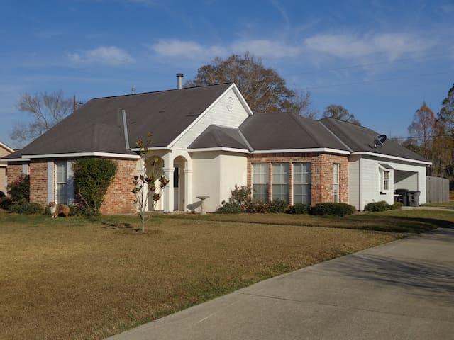 3/2  House (1550 sq ft) off of Siegen Ln - Baton Rouge - Hus
