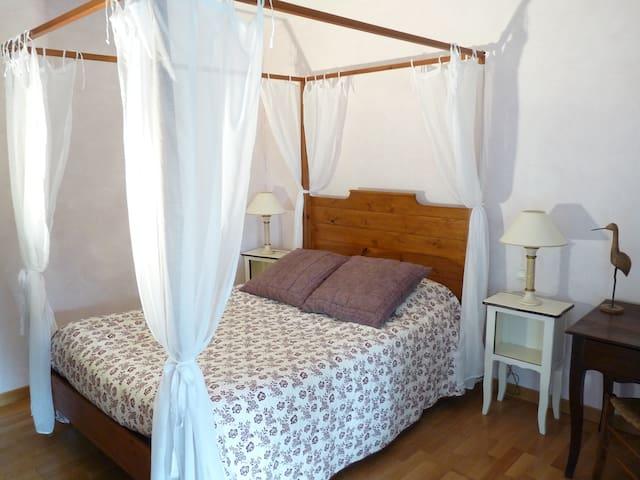 Chambre calme lit à baldaquin avec petit-déjeuner - Vinay - Bed & Breakfast