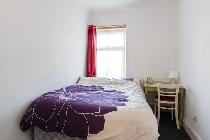 Double bed in the ❤️ of Wales - Pontypridd