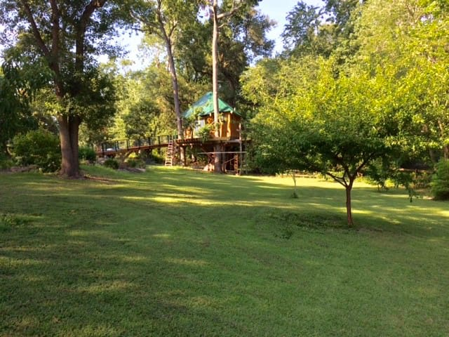 Robbin's Nest Treehouse, live in the trees! - Wilmington