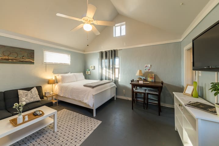 Cute & clean Casita! Close to Downtown! - 阿爾伯克基 - 公寓
