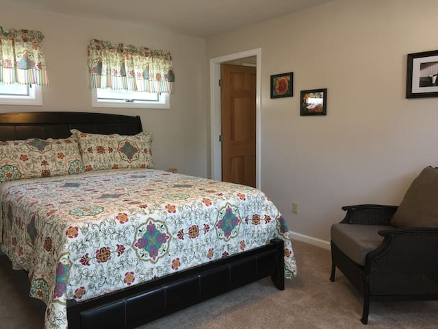 Sunny, Private Home Away from Home - Greenfield - Дом