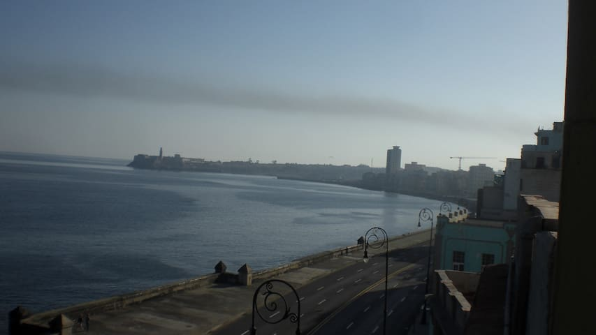 Seaview at the Malecon in colonial style apartment - La Habana - Apartment