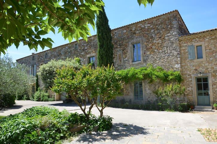 gîte dans partie de Mas Provençal - Tresques - Rumah