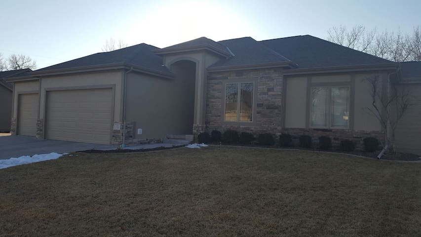 Clean home in a quiet neighborhood - Omaha - Maison