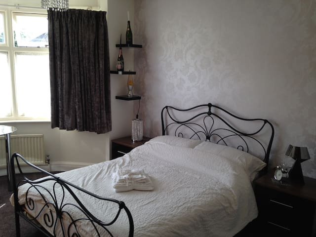 Lovely double room, near to London - Watford