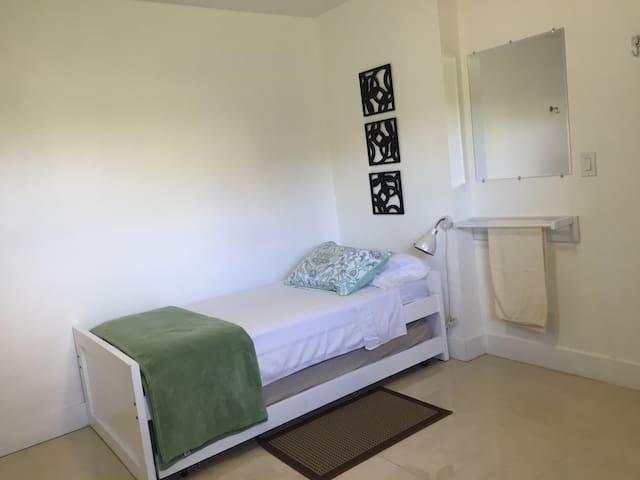 Separate Entrance. Entrada separada - Plantation - Dormitori compartit