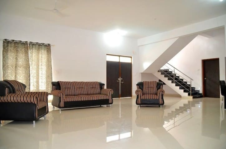 LUXURIOUS 4BHK VILLA WITH SWIMMING POOL, GATED COM - Saligao - Villa