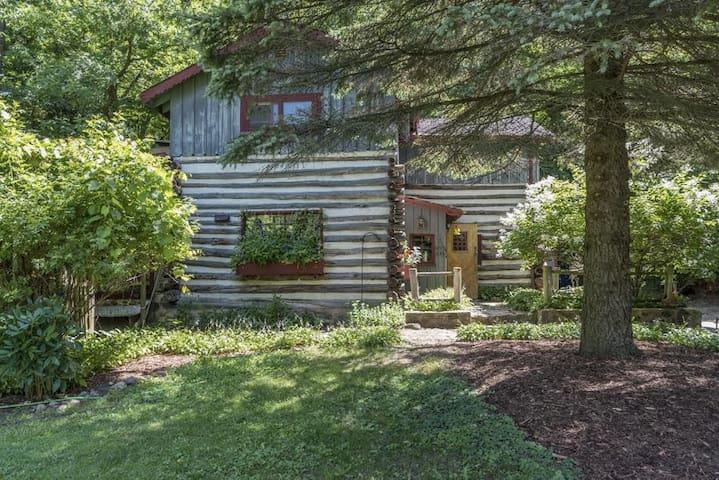 Log Cabin in the Woods near Erin Hills Golf - Hartford - Cabaña