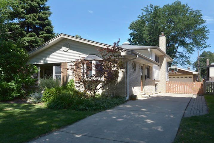 Beautiful, bright house near ORD/Metra/Woodfield - Arlington Heights
