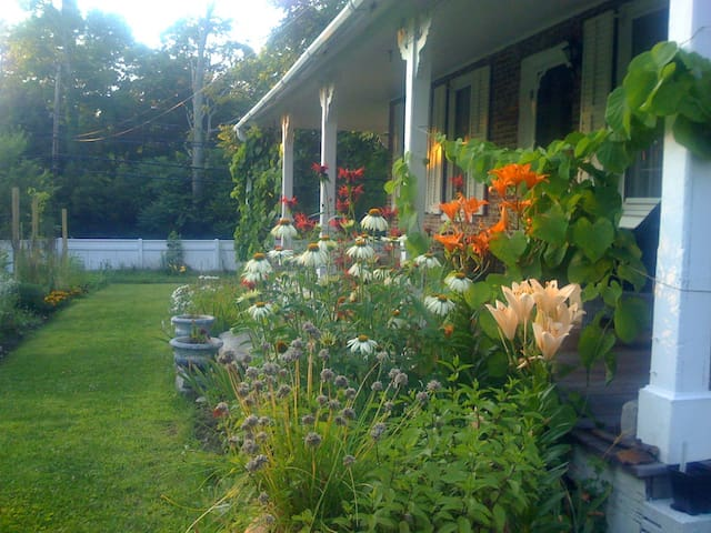 Charming Antique with Large Pond - New Hartford - Rumah