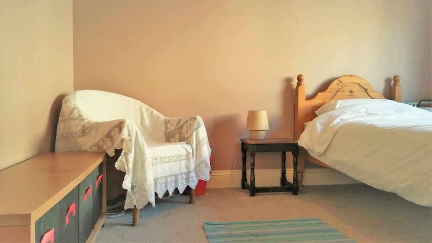 Bright room, spacious house, near city & country - Sheffield - Rumah