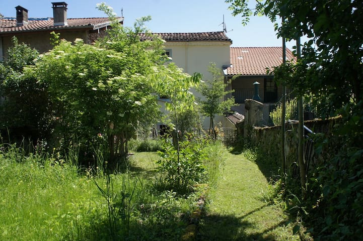 House in the village with nice garden - La Bastide-de-Sérou - Talo