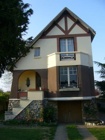 Chambre à l'ancienne maison de village Arts-déco - Mesnil-sur-l'Estrée - Huis