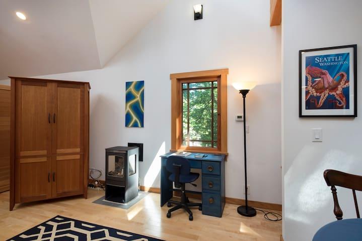 Modern Cabin Apartment in Quiet Woodland - Edmonds