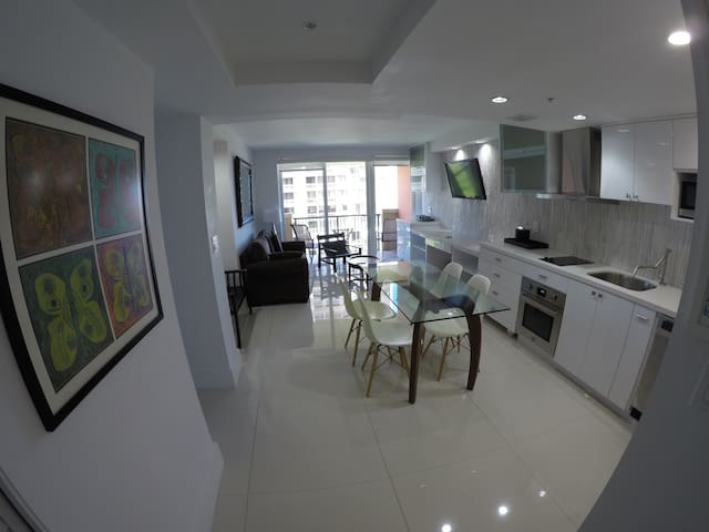 Updated Condo with Water Views - Miami - Appartement en résidence