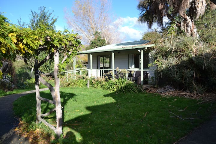 Private, rural self contained cottage. - Momona - Cabaña