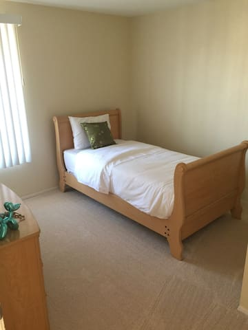 Very clean room with twin bed! - Chula Vista