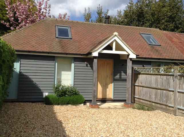Bright, self-contained studio barn, walk to sea. - Hampshire - Leilighet