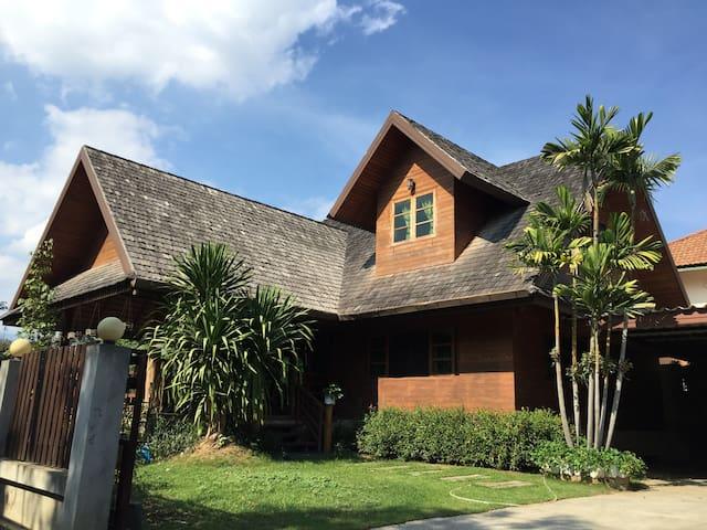 Full house清迈兰纳木屋别墅 (接机) - Tambon Pa Daet - Casa