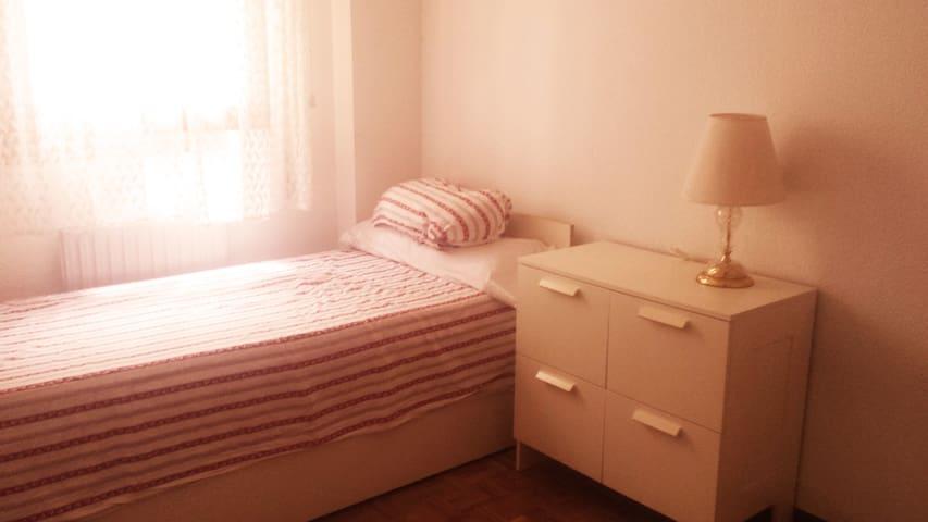Eget rum med två sängar. Centralt nära buss och tå - Guadalajara - Lägenhet