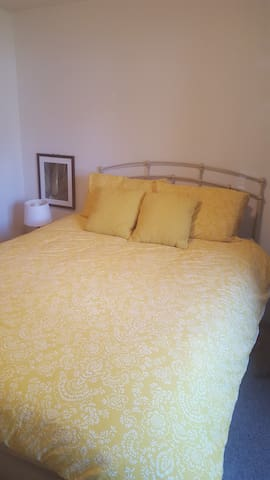 Private room/bath on quiet street (whole basement) - North Liberty - Huis