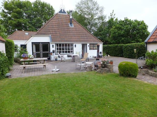 eigen verdieping in woonboerderij - Terwispel - 家庭式旅館