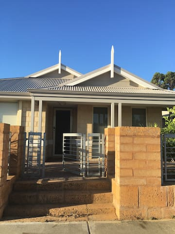 New house in great location - Byford - Hus