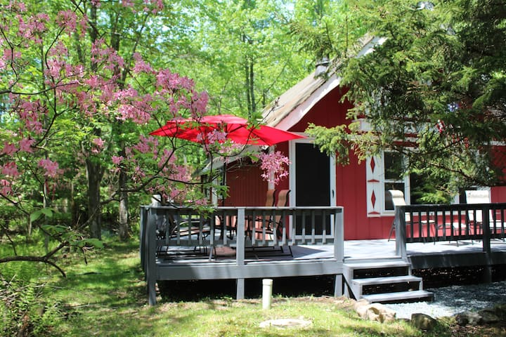 Groovy Getaway Chalet in Arrowhead Lakes 2br+loft - Coolbaugh Township - Chalet