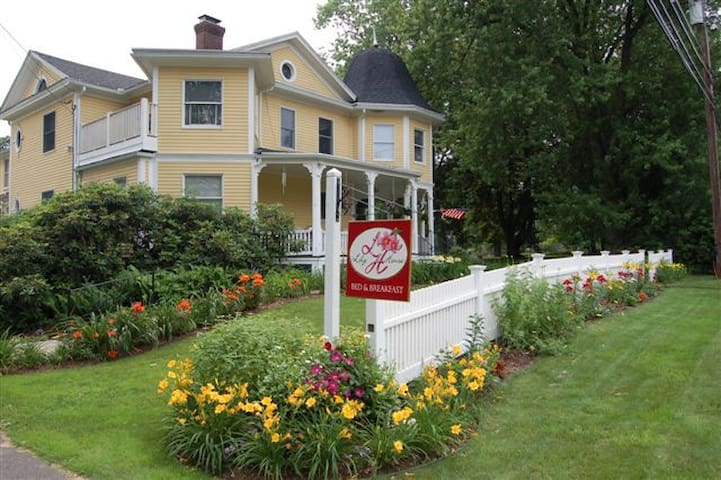 Lily House Bed and Breakfast - Suffield