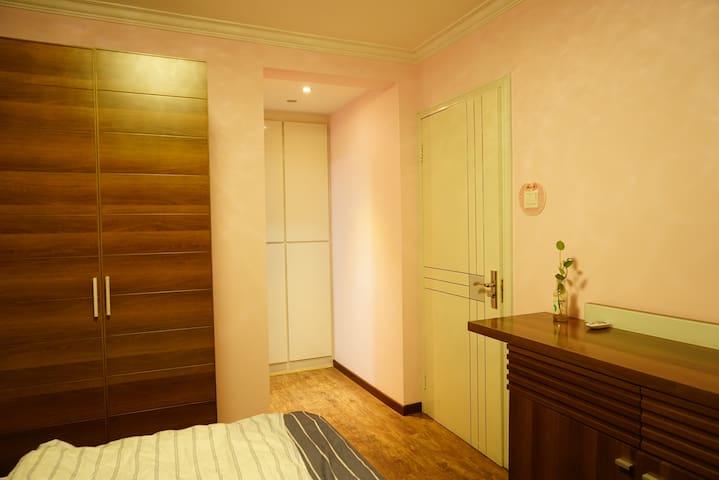 带有卫生间的温馨卧室,步行到地铁站5分钟,紧邻繁华商圈CBD以及IT软件园 - Peking
